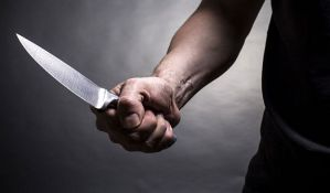 Migranti u Grčkoj izbodeni nožem i opljačkani u prihvatnom centru