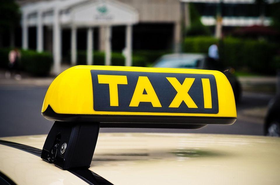 Zrenjaninci nakon vožnje napali taksistu i uzeli mu torbicu s novcem