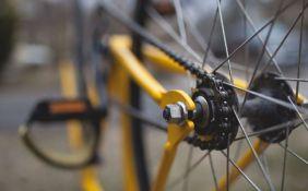 Novosađanin i Zrenjaninac ukrali četiri bicikla iz podruma na Detelinari i muzičke uređaje iz automobila