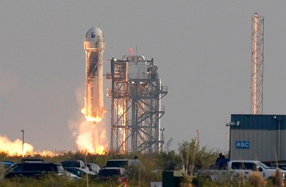 """VIDEO Bezos i posada poleteli u svemir, pa se vratili na zemlju: """"Najbolji osećaj ikada"""""""
