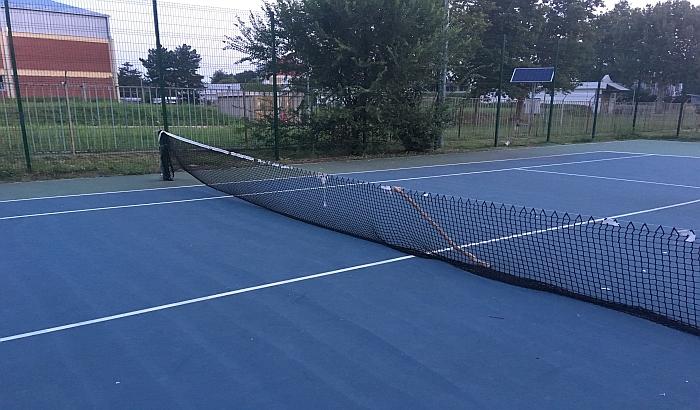Zamenjena jedna oštećena mreža na teniskim terenima, drugu podupiru letve