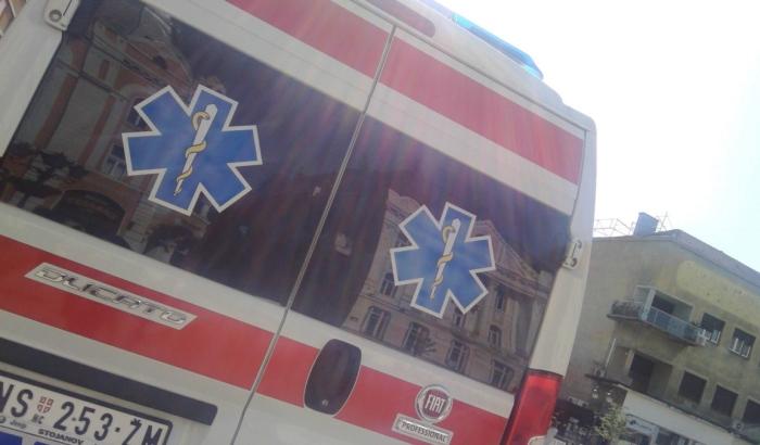 Troje povređeno u sudaru dva automobila na Detelinari