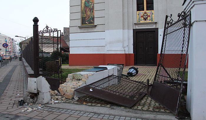 FOTO: U sudaru dva taksija srušena kapija i deo ograde crkve u Jovana Subotića
