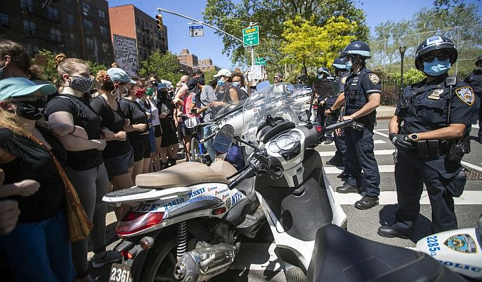 FOTO:  Šesti dan protesta u SAD, senator traži vojsku na ulicama, policija greškom uhapsila agenta FBI