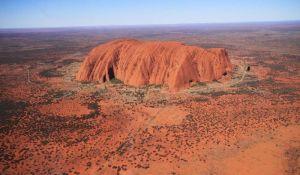 VIDEO: Turisti se masovno penju na stenu Uluru pre oktobarske zabrane