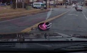 VIDEO: Dete ispalo iz automobila u pokretu, majka nastavila da vozi