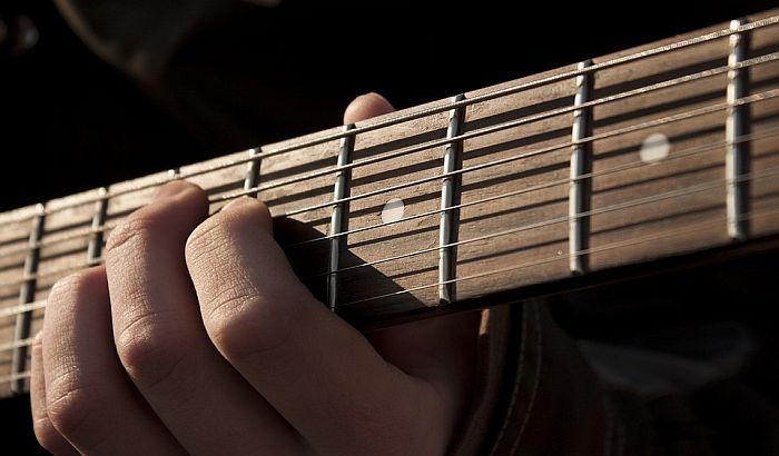 Prinsova gitara i rukom pisani tekstovi Bitlsa na aukciji