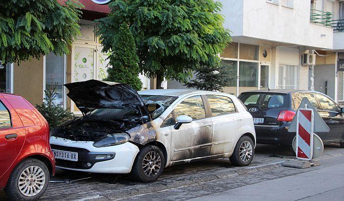 FOTO: Izgoreo automobil nedaleko od policijske stanice
