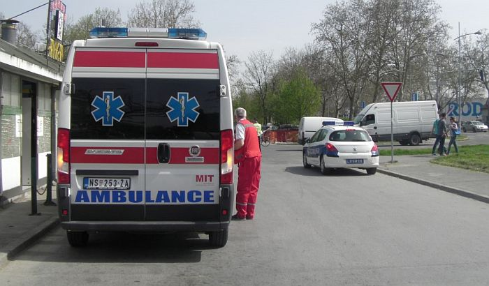 Muškarci povređeni u udesu na autoputu kod Lesnine, automobil se prevrnuo od udarca
