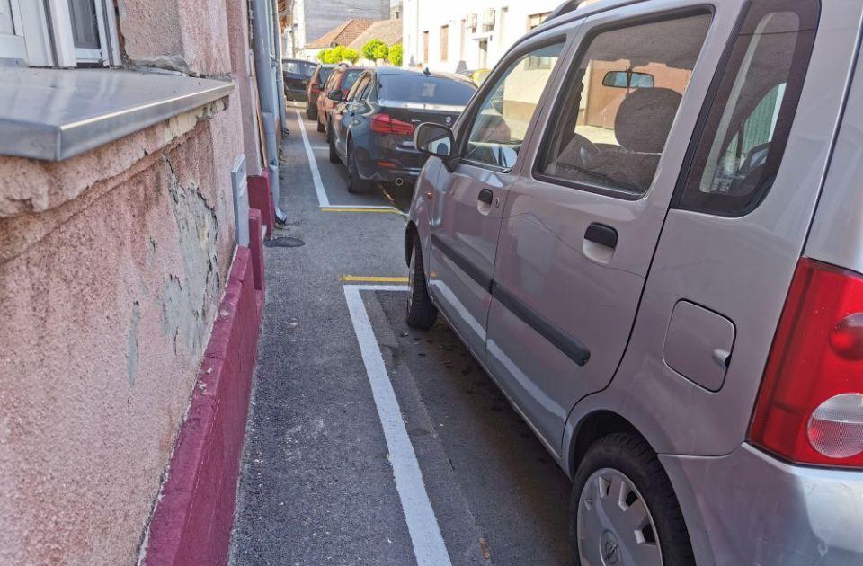 """FOTO: Pećka ulica """"umirena"""" i s novim parking mestima, trotoar samo za vitke"""