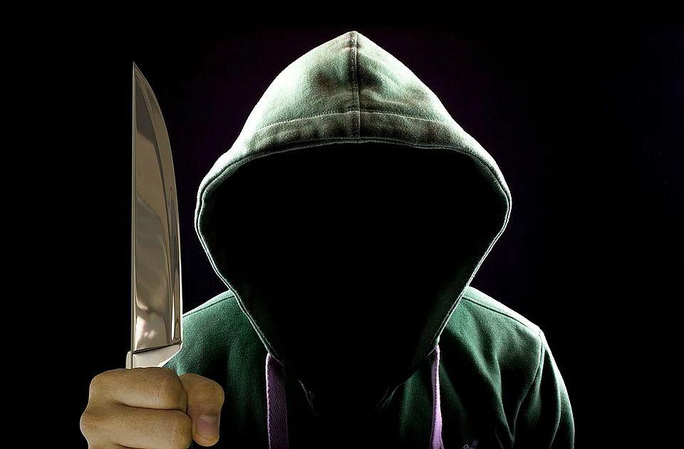 Zrenjaninac svakodnevno zlostavljao i mučio cimera, ubo ga nožem, a onda mu i pretio