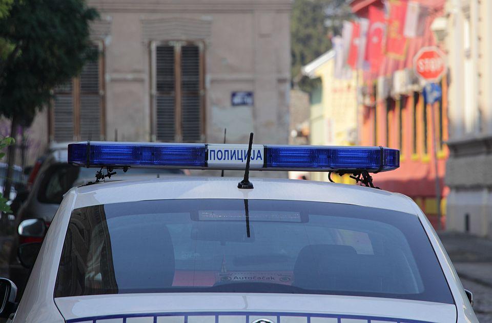 Automobil udario biciklistu kod groblja u Sremskoj Kamenici, izvlačili ga vatrogasci