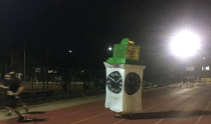 FOTO: Pretrčao 21 kilometar obučen kao sat na Tvrđavi da skrene pažnju na taj simbol Novog Sada