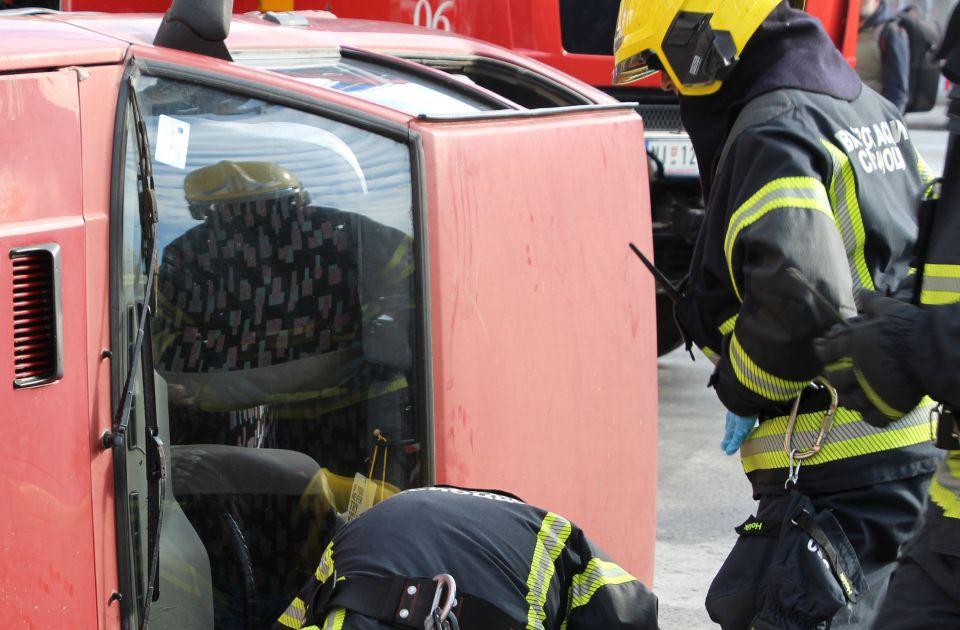 Vatrogasci izvlačili iz kola muškarca povređenog u sudaru na Rimskim šančevima