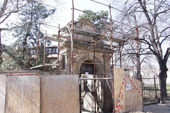 FOTO: Počela rekonstrukcija jedne od najlepših novosadskih kapija, stara je gotovo tri veka