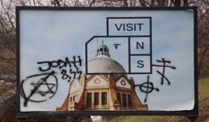 FOTO, VIDEO: Antisemitski grafiti na bilbordu kod Mosta slobode uoči Dana sećanja na žrtve Holokausta