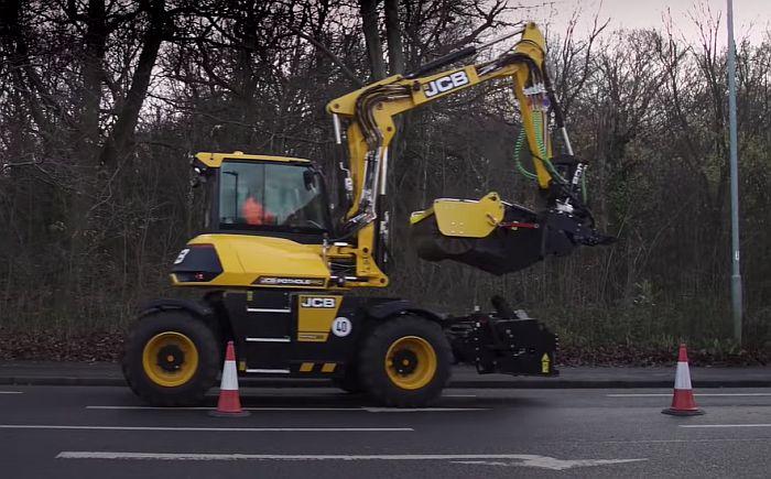 VIDEO: Mašina koja za osam minuta sanira rupu na putu