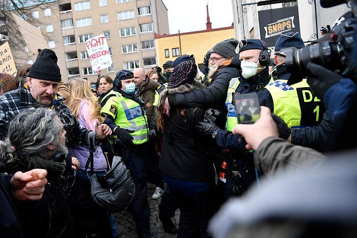 Protest protiv epidemioloških mera održan u Stokholmu