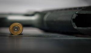 Irig: Policija muškarca pretresla na ulici i pronašla pištolj sa municijom