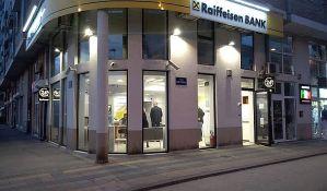 FOTO: Dvojica maskiranih opljačkali banku na Detelinari