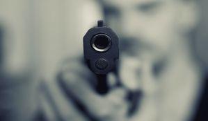 Uz pretnju pištoljem u Novom Sadu krao kola