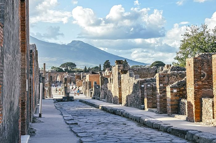 Turistkinja se popela na krov u Pompeji da napravi selfi, preti joj kazna od 3.000 evra