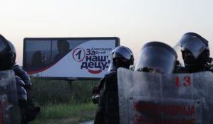 Inspektor koji je na protestu u Novom Sadu pretukao mladića sa teškoćama u razvoju udaljen sa dužnosti, Tužilaštvo još uvek nije pokrenulo postupak
