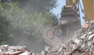 FOTO: Novosadski mališani tužno gledaju kako im investitor uništava igralište da bi izgradio zgradu