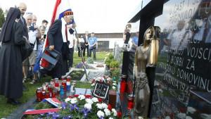 Skup u Blajburgu: Ljudi u crnom i