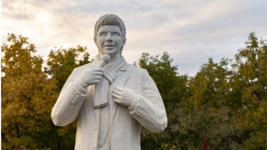 Toše Proeski i spomenik: Na koga liči statua pevača na mestu njegove pogibije