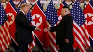 Osmesi, rukovanja, večera - kako je izgledao susret Trampa i Kima u Vijetnamu