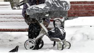 Rusija: Roditelji ostavili bebu na terasi, ona se smrzla