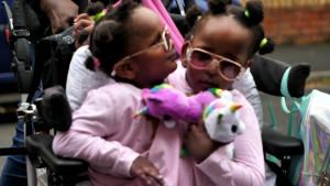 Socijalna inkluzija i Velika Britanija: Prvi školski dani Mariem i Ndaje - sijamskih bliznakinja