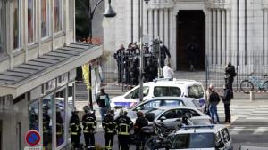 Napad u Nici: Troje ubijeno, ženi odsečena glava, gradonačelnik kaže da je reč o terorizmu