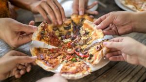 Ishrana: Četiri sata hoda za potrošnju kalorija iz pice - ili da ipak pojedete salatu