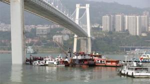 Kina: Autobus pao s mosta zbog tuče putnice i vozača