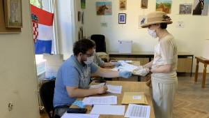 U fotografijama: Izbori u Hrvatskoj - maske, rukavice i sopstvene olovke