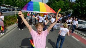 Poljska: Provladin nedeljnik deli anti LGBT nalepnice