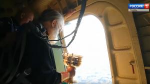 "Rusija: Sveštenik vazduhoplovac ""bombarduje"" grad svetom vodicom"