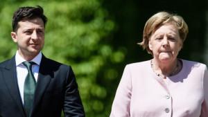 Angeli Merkel nakratko pozlilo od vrućine na dočeku ukrajinskog predsednika