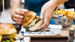 Obroci u restoranima kaloričniiji nego u lancima brze hrane