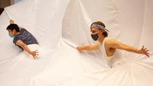 Korona virus i umetnost: Baletski spektakl u kostimima za fizičko distanciranje