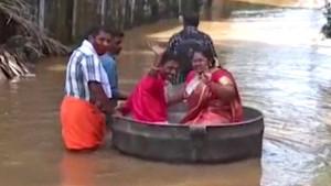 Indija, poplave i brak: Kad kazan postane ljubavna barka - mladenci nisu odustali uprkos poplavama