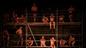 Četrdeset nagih muškaraca pod reflektorima: