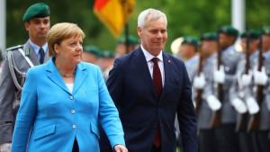 Angela Merkel treći put snimljena dok drhti