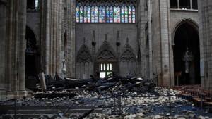 """Požar u Notr Damu: Makron kaže da će obnovljena katedrala biti """"još lepša"""