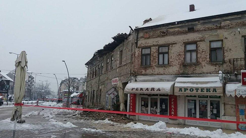 Sneg u Srbiji - saobraćajni kolaps, stradali ukrasi i grudvanje sa sudijama