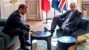 Da li je Boris Džonson stavio nogu na sto u Francuskoj