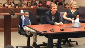 Petogodišnjak pozvao ceo vrtić u sud da proslave njegovo usvajanje