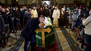 Srbija, sahrana patrijarha i korona virus: Mogu li verski običaji da budu bezbedni